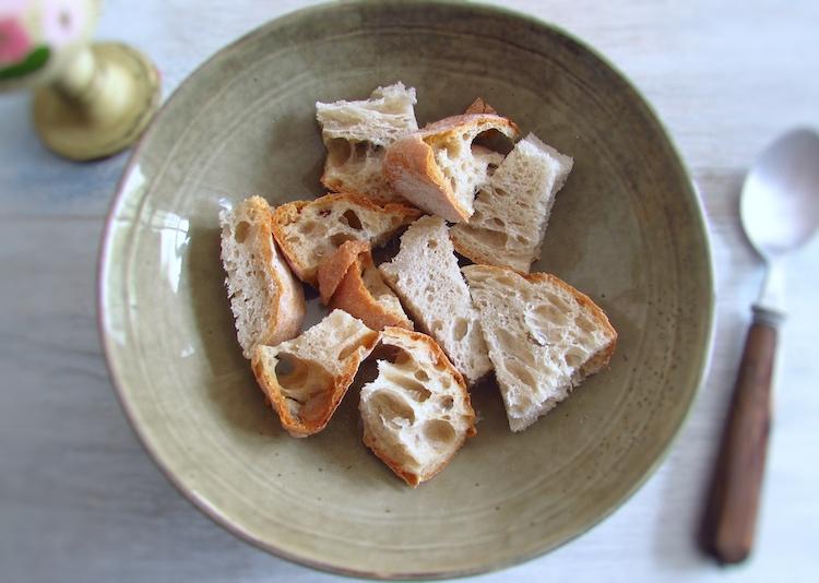 Pão cortado em pedaços num prato