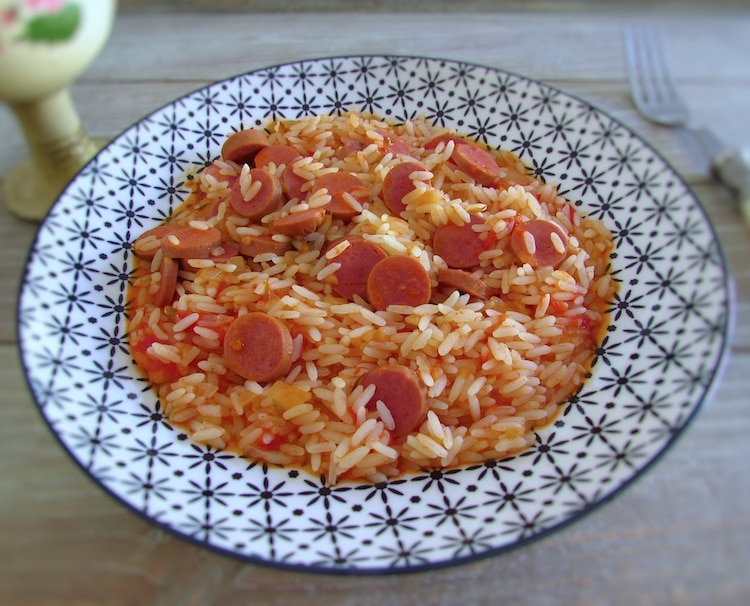 Arroz com salsichas num prato