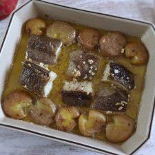 Bacalhau no forno com batatas a murro numa assadeira