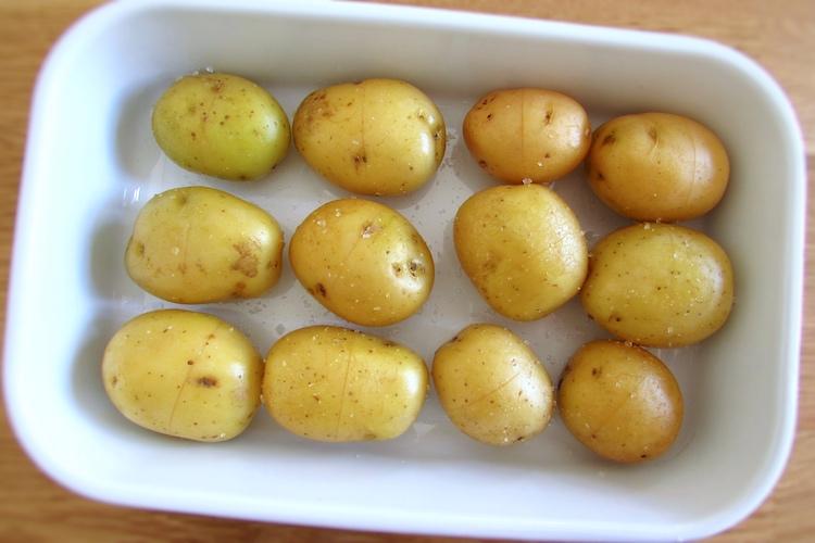Batatas temperadas com sal numa assadeira