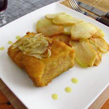 Bacalhau com batatas fritas num prato