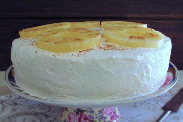 Bolo de ananás num prato
