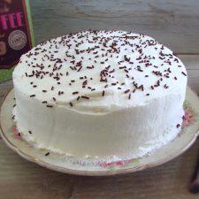 Bolo de chocolate caseiro com chantilly num prato