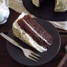 Fatia de bolo de chocolate com chantilly num prato