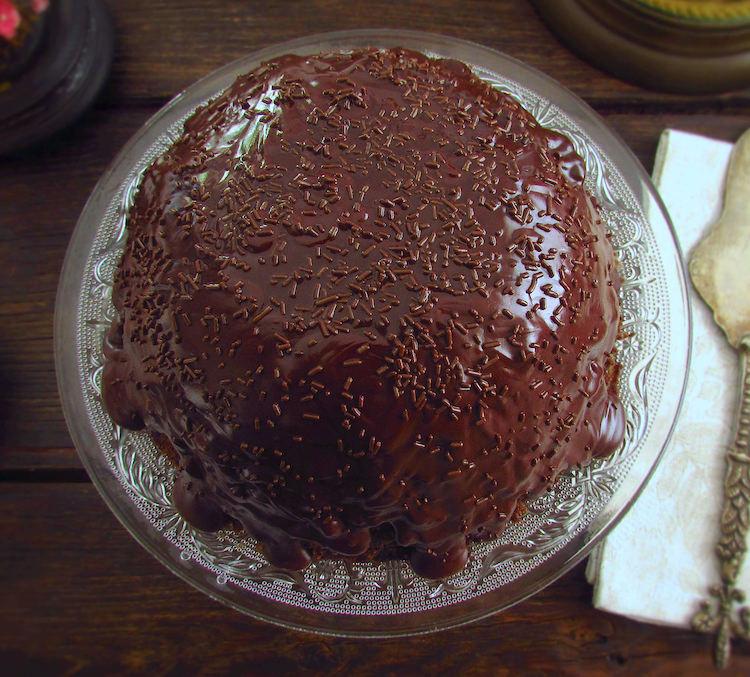 """Bolo de chocolate """"micro-ondas"""" num prato"""