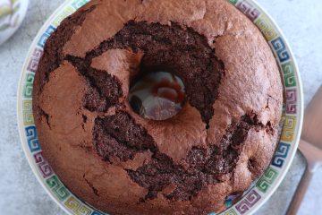Bolo de chocolate com morangos num prato
