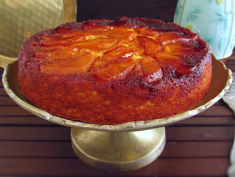 Bolo de maçã reineta caramelizado num prato