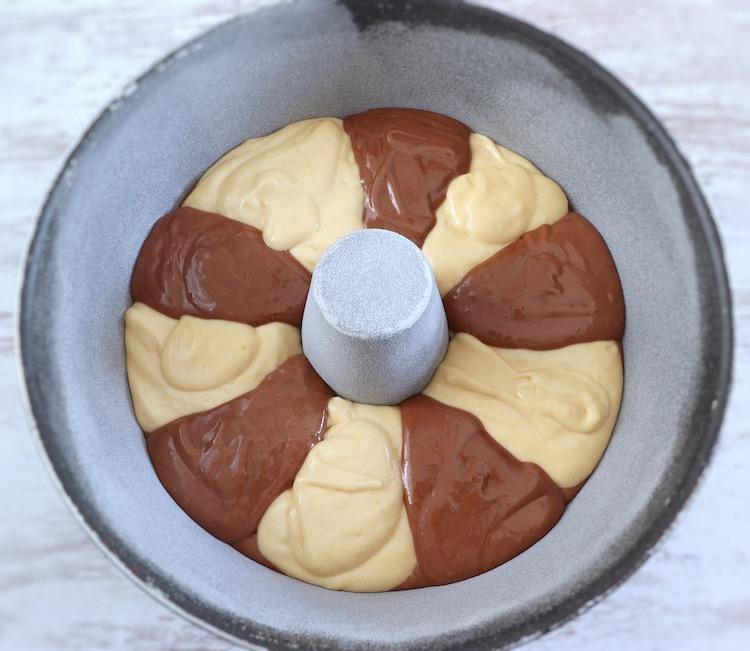 massa de bolo mármore numa forma de bolos redonda com furo no meio
