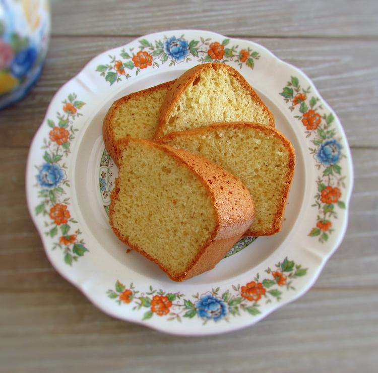 Fatias de bolo de ouro num prato