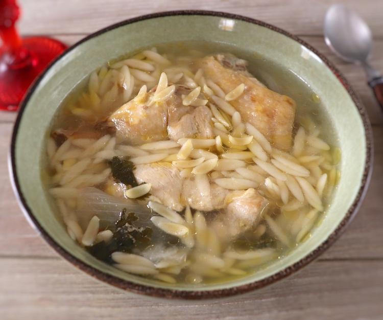Canja de galinha num prato de sopa