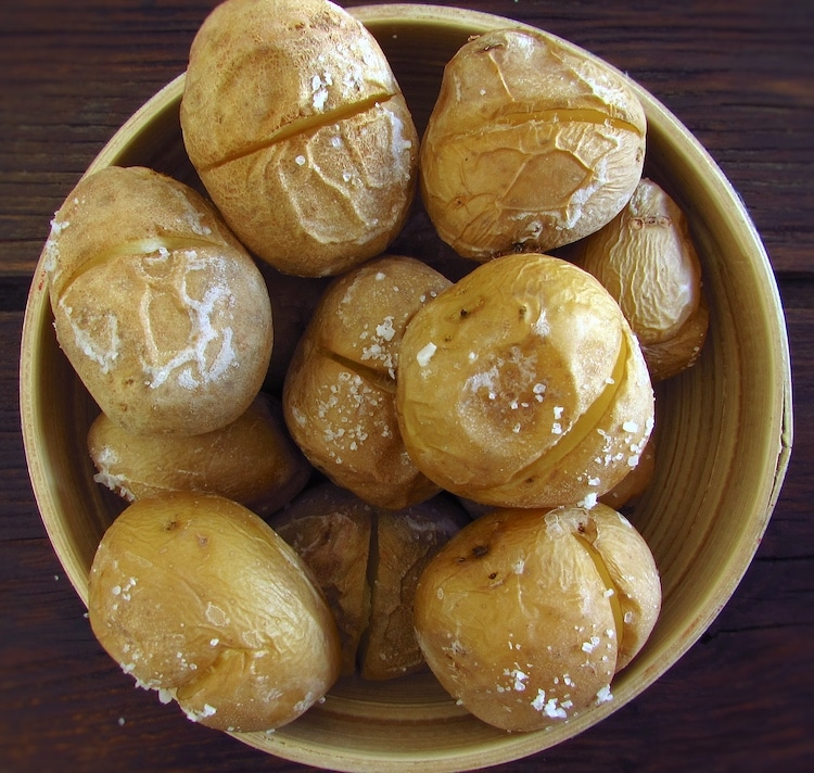 Batatas no forno numa taça