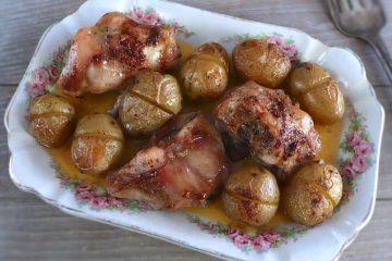 Coelho com batatas no forno numa travessa