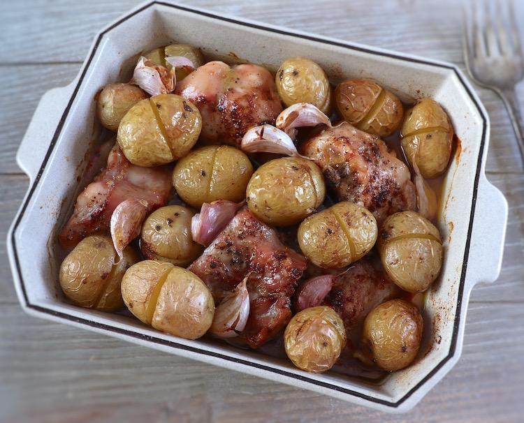 Coelho com batatas no forno numa assadeira