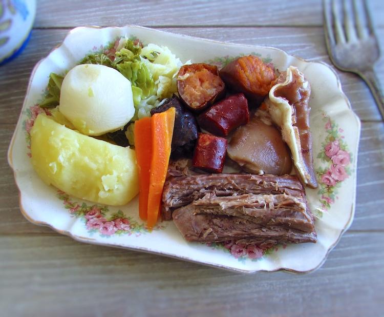 Cozido à Portuguesa numa travessa