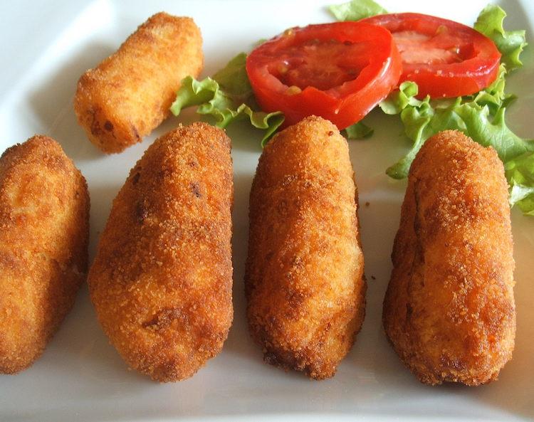 Croquetes de camarão e fiambre com salada num prato
