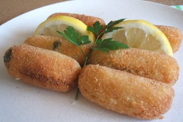 Croquetes de peixe num prato