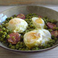 Ervilhas com ovos escalfados e chouriço num prato