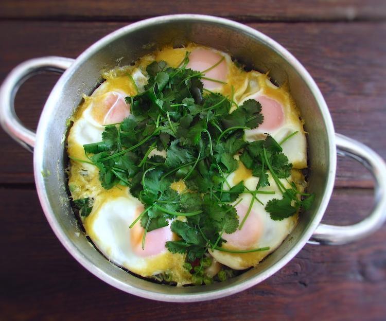 Ervilhas com ovos escalfados e chouriço num tacho