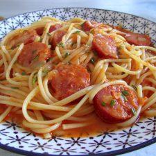 Esparguete com chouriço num prato