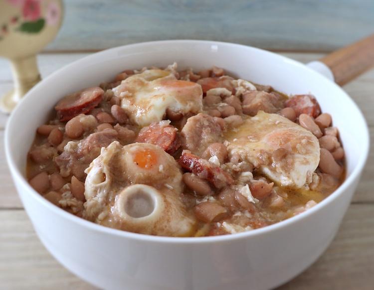 Feijão guisado com ovos escalfados num prato