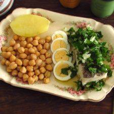 Grão cozido com bacalhau numa travessa