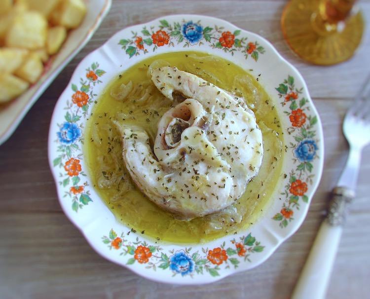 Maruca de cebolada com batatas fritas num prato