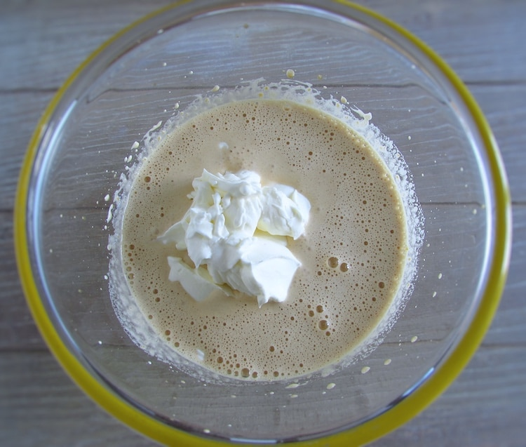 Creme de café e natas batidas numa taça de vidro