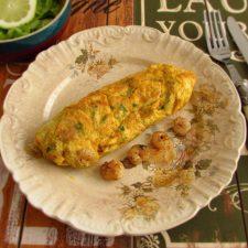 Omelete de camarão num prato