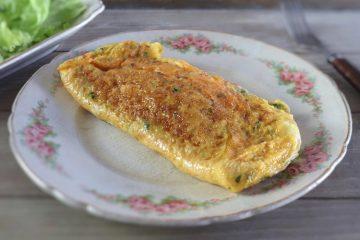 Omelete de fiambre e queijo num prato