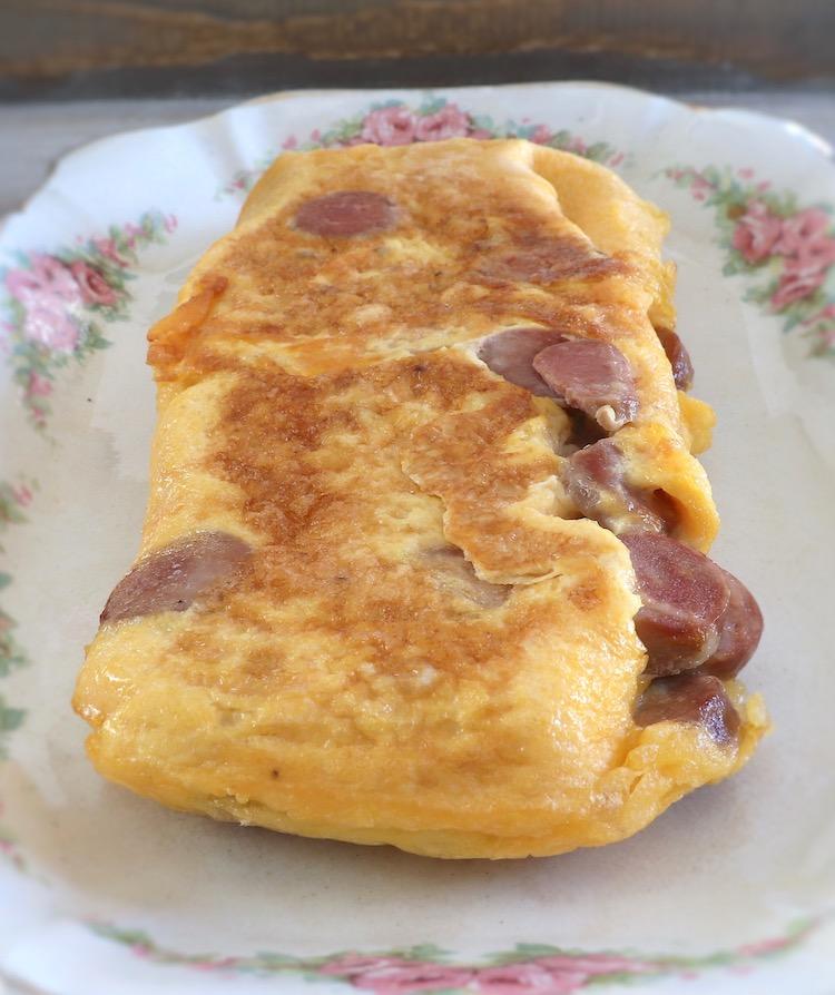 Omelete de salsicha numa travessa