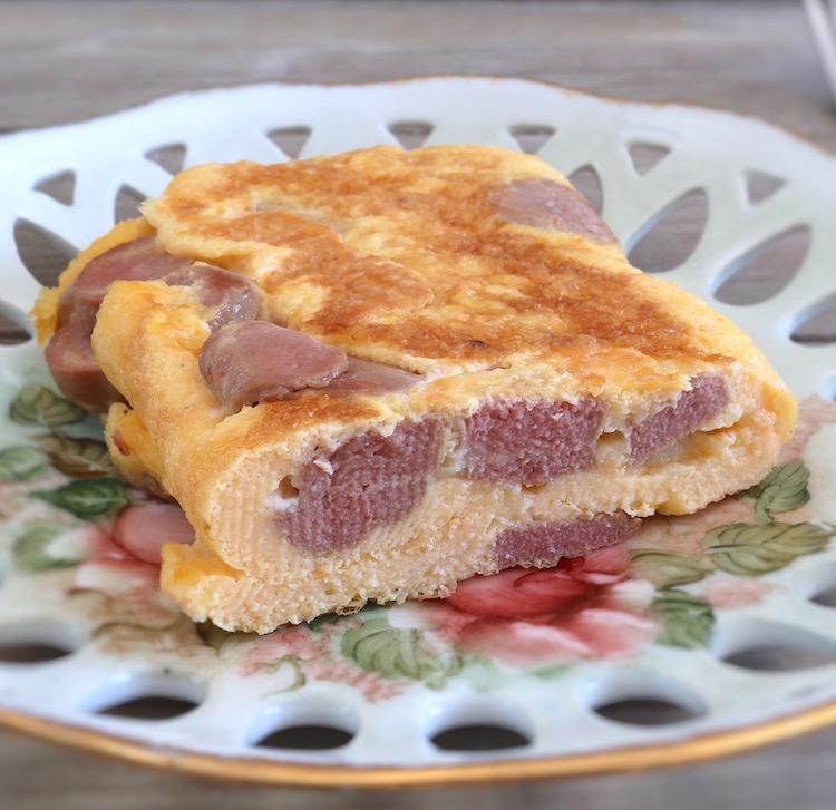 Omelete de salsicha num prato