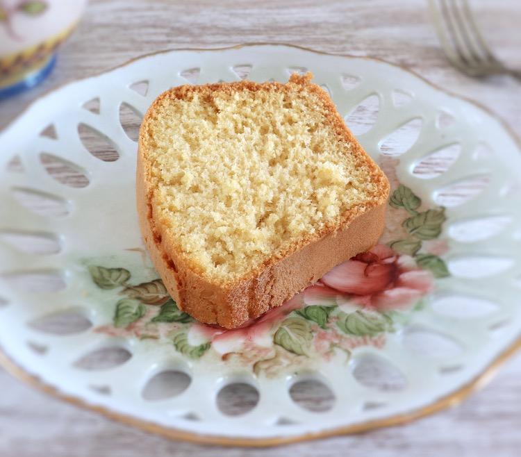 Fatia de pão de ló num prato