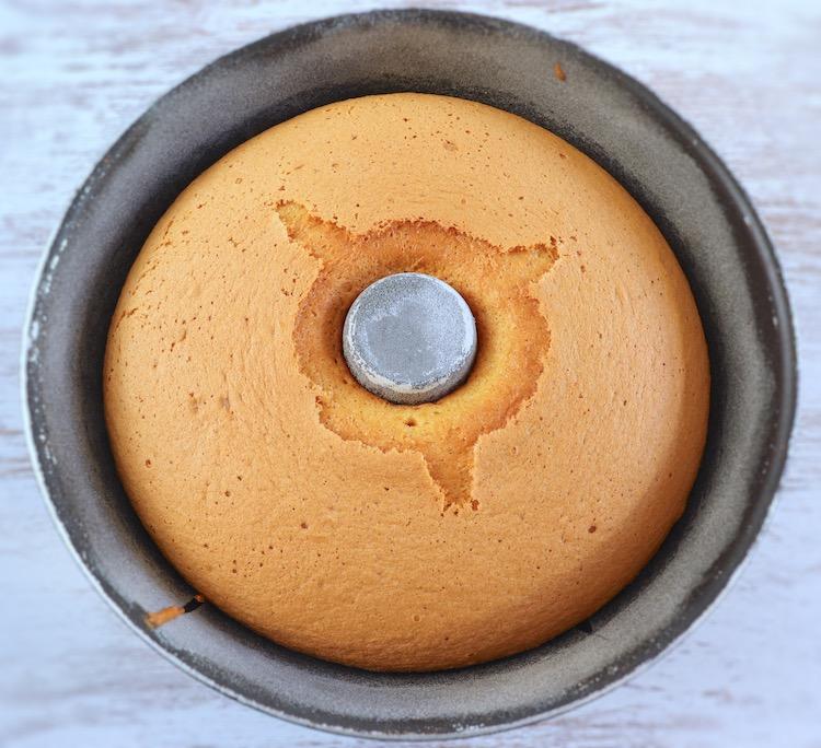 Pão de ló numa forma de bolos redonda com furo no meio