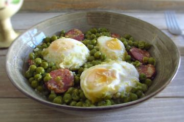 Peas with poached eggs and chouriço on a dish bowl