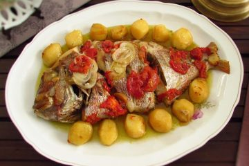 Peixe assado com batatas numa travessa