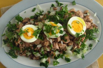 Salada de feijão frade numa travessa