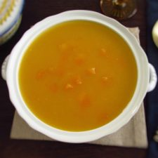 Sopa de abóbora numa terrina