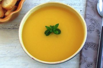Sopa de cenoura numa tigela de sopa