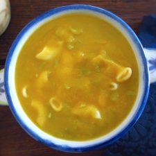 Sopa de feijão verde numa tigela de sopa