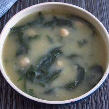 Sopa de grão com espinafres numa tigela de sopa