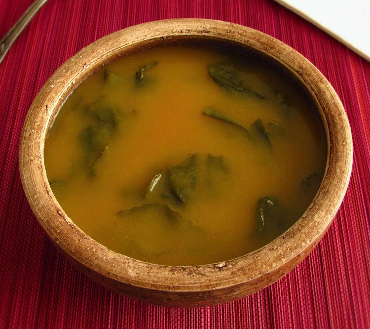 Sopa de nabiças numa tigela de sopa