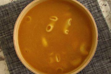 Sopa de nabo e cenoura numa tigela de sopa