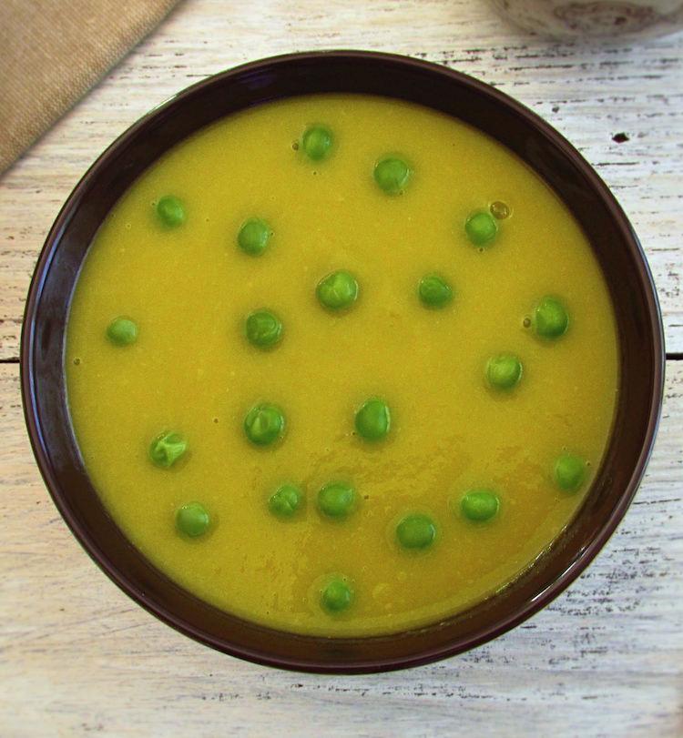 Sopa de puré de ervilhas numa tigela de sopa