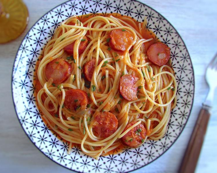 Spaghetti with chouriço on a plate