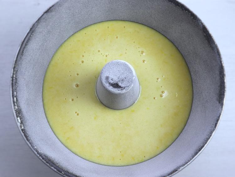 Bolo de limão numa forma de bolos redonda com furo no meio