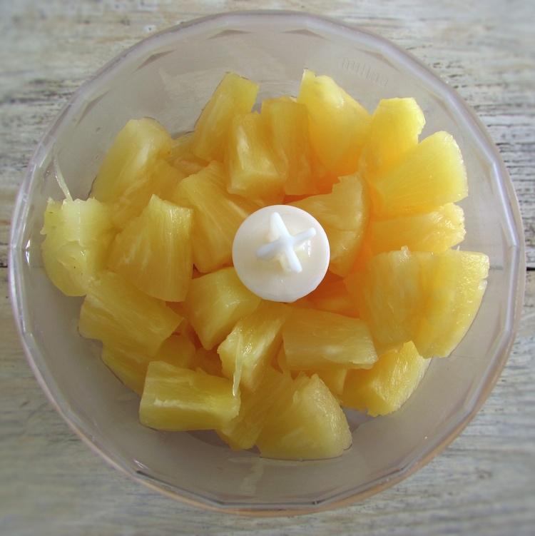 Pedaços de ananás num liquidificador
