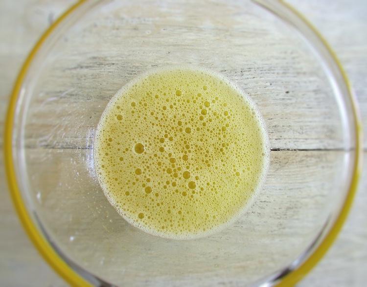 Calda de ananás misturada com gelatina numa taça de vidro