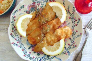 Filetes de peixe com fatias de limão num prato