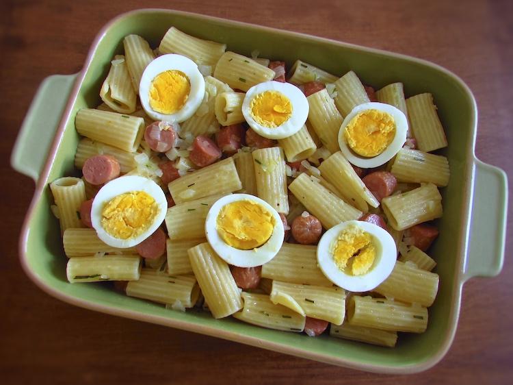 Massa, salsicha e rodelas de ovo numa assadeira