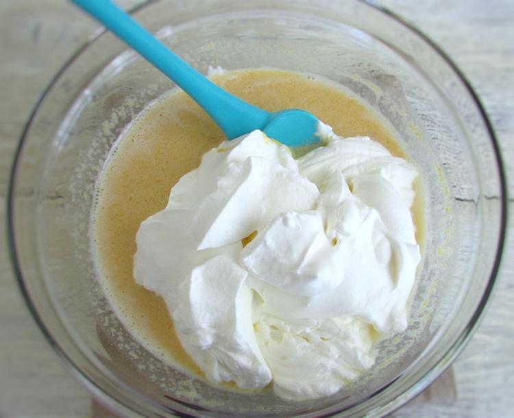 Mistura de creme de pêssego com natas batidas numa taça de vidro